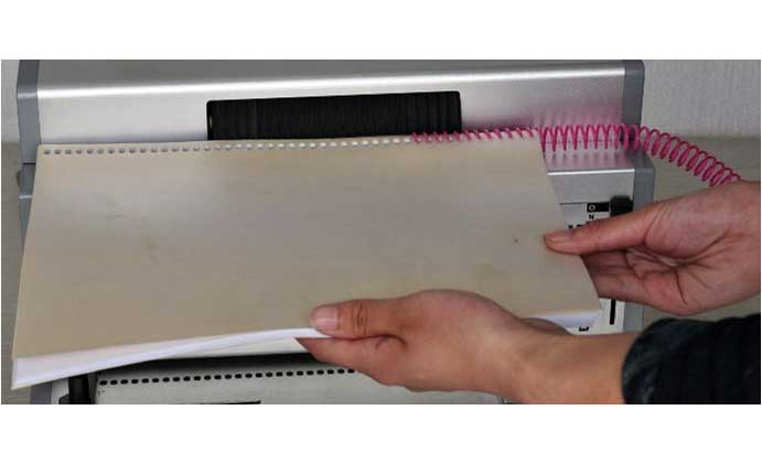 la reliure mécanique est une méthode qui commence par la perforation mécanique du papier
