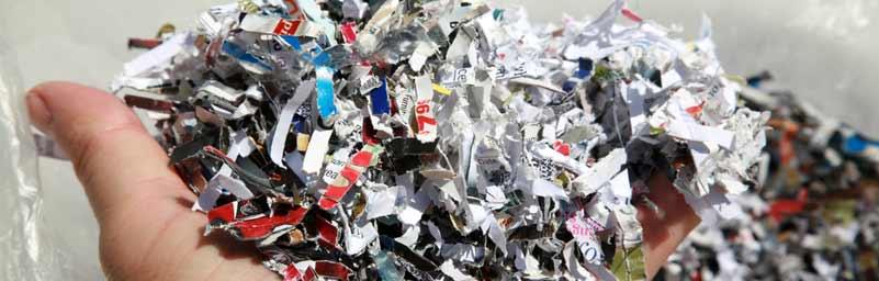 image de papier passé dans un destructeur de documents