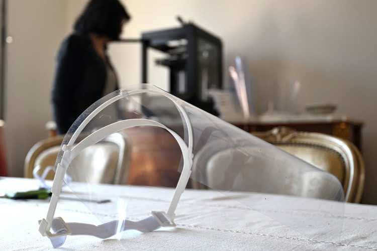 Réaliser des visières de protection pour les soignants avec des feuilles PVC
